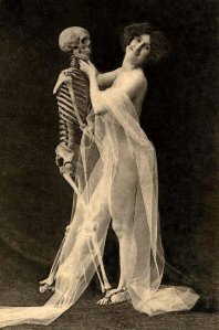 horror vintage pictures of people posing intimately with skeletons (1)548487944..jpg