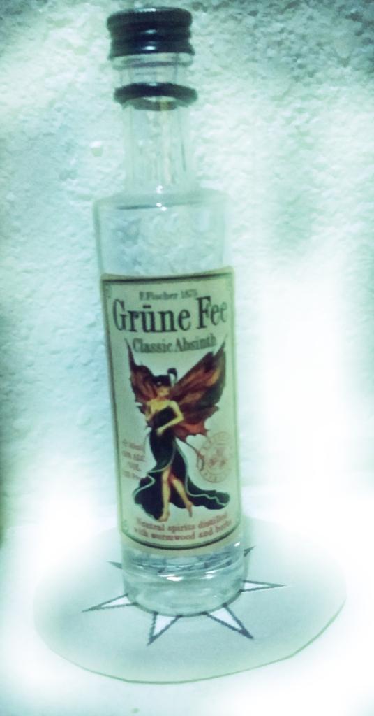 Grune Fee Absinth bottle on a silver heptagram